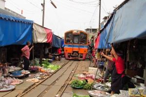 泰国-泰国【当地玩乐】代订丹嫩水上市场+美攻火车市场+大皇宫(玉佛寺)+四面佛一日游*等待确认